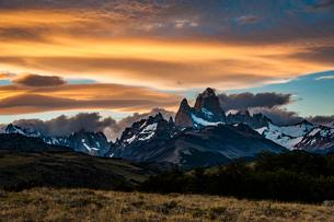 パタゴニアの名峰 フィッツロイの夕日の写真素材 [FYI03226196]