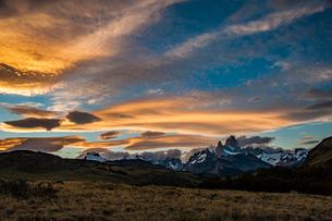 パタゴニアの名峰 フィッツロイの夕日の写真素材 [FYI03226197]