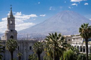 アレキパの大聖堂・カテドラルとミスティ山の写真素材 [FYI03226206]