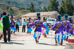 カーニバルで民族舞踏を踊るダンサーの写真素材 [FYI03226252]