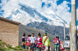 ペルー最高峰ワスカランを望む村の写真素材 [FYI03226256]