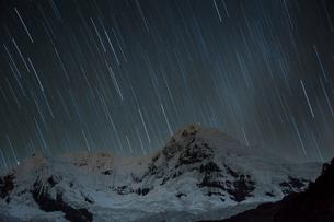 ペルー アンデス山脈のブランカ山群の星空の写真素材 [FYI03226259]