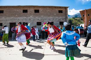 収穫祭のカーニバルで民族舞踏を踊るダンサーの写真素材 [FYI03226263]