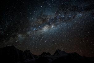 アンデス山脈と南半球の天の川の写真素材 [FYI03226266]