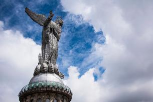 キトの象徴 パネシージョの聖母像の写真素材 [FYI03226329]