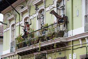 キト旧市街の家のベランダの写真素材 [FYI03226341]