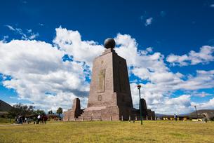 エクアドルの赤道記念碑の写真素材 [FYI03226405]