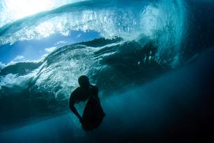 ハワイ、大波をくぐるサーファーの写真素材 [FYI03226483]