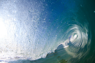 ハワイの青い波の中の写真素材 [FYI03226492]