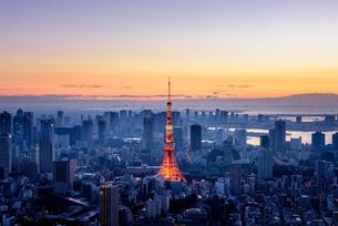 六本木ヒルズより望む夜明けの東京タワーの写真素材 [FYI03226536]