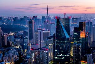 六本木ヒルズより望む夜明けの東京都心の写真素材 [FYI03226537]