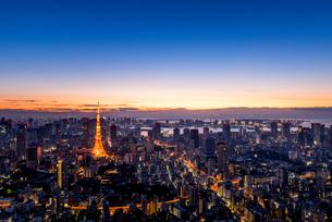 六本木ヒルズより望む夜明けの東京都心の写真素材 [FYI03226547]