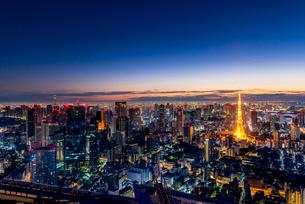 六本木ヒルズより望む夜明けの東京都心の写真素材 [FYI03226556]