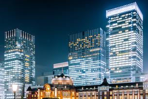 東京駅舎と八重洲ビル群の夜景の写真素材 [FYI03226569]