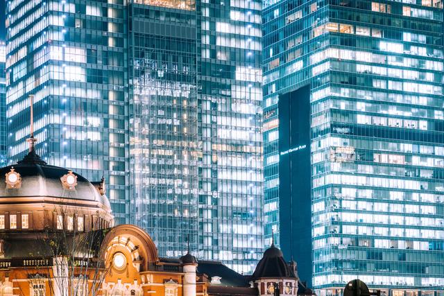 東京駅舎と八重洲ビル群の夜景の写真素材 [FYI03226585]