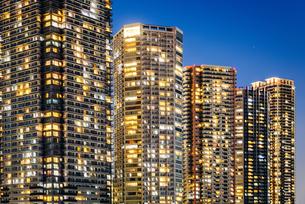 東京 江東区東雲のタワーマンション群の夜景の写真素材 [FYI03226587]