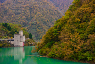 宇奈月ダム湖上にある新柳河原発電所の写真素材 [FYI03226655]