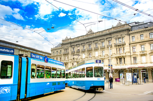 チューリッヒのパラデ広場を行き交うトラムの写真素材 [FYI03226689]