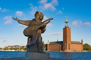 ストックホルム市庁舎とエバート・タウベ像の写真素材 [FYI03226714]