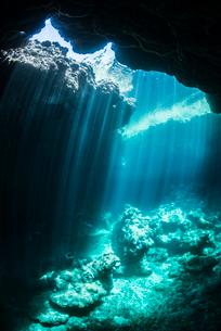 水中のケーブに差し込む光の写真素材 [FYI03226876]
