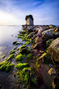 朝日を浴びる見附島と波打ち際の写真素材 [FYI03226903]