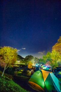 銀河もみじキャンプ場から望む星空の写真素材 [FYI03226921]