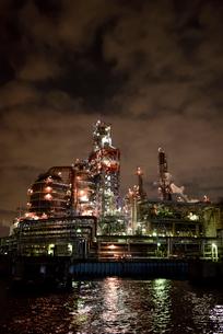 工場夜景 東亜石油の京浜製油所水江工場の写真素材 [FYI03226936]
