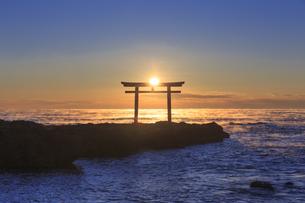 大洗磯前神社 神磯の鳥居の写真素材 [FYI03226950]