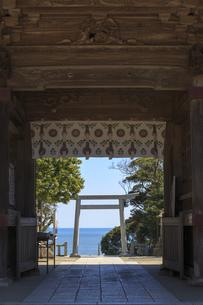 大洗磯前神社参道より太平洋を望むの写真素材 [FYI03227080]