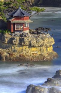 五浦海岸の六角堂の写真素材 [FYI03227350]