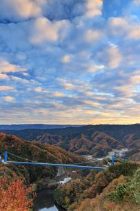 紅葉の竜神大吊り橋の写真素材 [FYI03227549]