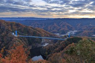 紅葉の竜神大吊り橋の写真素材 [FYI03227551]