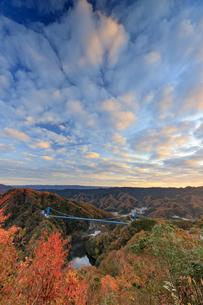 紅葉の竜神大吊り橋の写真素材 [FYI03227555]