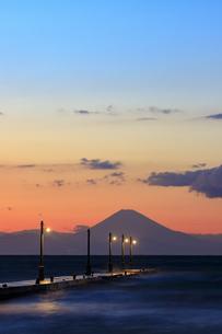 原岡海岸から夕景の富士山の写真素材 [FYI03227596]