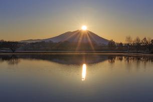 母子島遊水地の朝焼けと筑波山,の写真素材 [FYI03227603]