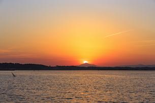 網掛公園より筑波山に沈む夕日の写真素材 [FYI03227610]