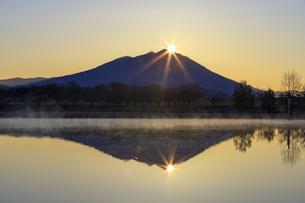 母子島遊水地の朝焼けと筑波山,の写真素材 [FYI03227624]