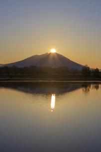 母子島遊水地の朝焼けと筑波山,の写真素材 [FYI03227625]