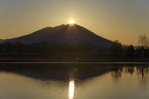 母子島遊水地の朝焼けと筑波山,の写真素材 [FYI03227628]