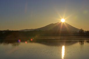 母子島遊水地の朝焼けと筑波山,の写真素材 [FYI03227631]