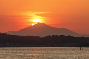 網掛公園より筑波山に沈む夕日の写真素材 [FYI03227655]