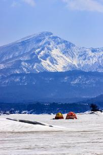 早春の桧原湖より磐梯山を望むの写真素材 [FYI03227693]