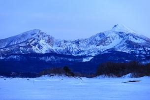 早春の桧原湖より磐梯山を望むの写真素材 [FYI03227698]
