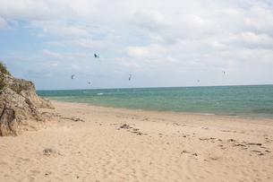 沖縄 カイトサーフィンをしている風景の写真素材 [FYI03227717]