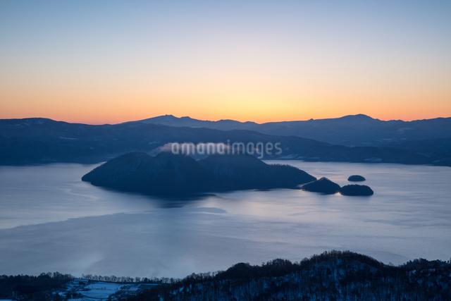 洞爺湖の日の出の写真素材 [FYI03228196]