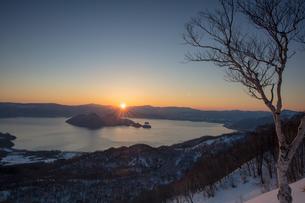 洞爺湖の日の出の写真素材 [FYI03228200]
