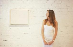 ギャラリーで絵を見る外国人女性の写真素材 [FYI03228715]