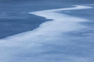 矢筈池の凍結模様の写真素材 [FYI03228733]