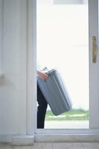 ゴミ箱を持つ手元の写真素材 [FYI03228782]