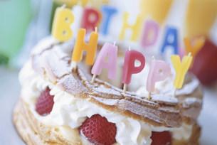 誕生日用のシュー生地のケーキの写真素材 [FYI03228797]